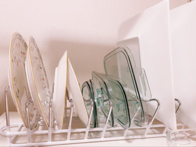 狭いキッチンの食器収納!冷蔵庫の上に食器を吊り下げてみました。